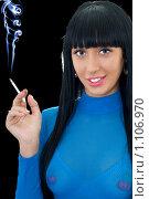 Купить «Брюнетка с сигаретой на черном фоне», фото № 1106970, снято 7 марта 2009 г. (c) Сергей Сухоруков / Фотобанк Лори