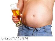 Купить «Полный мужчина с бокал пива в руке», фото № 1113874, снято 22 сентября 2009 г. (c) Роман Сигаев / Фотобанк Лори