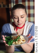 Девушка с тарелкой жареного кальмара. Стоковое фото, фотограф Яков Филимонов / Фотобанк Лори