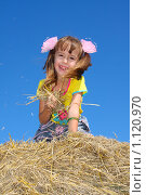 Девочка на соломе. Стоковое фото, фотограф Олег Юрмашев / Фотобанк Лори