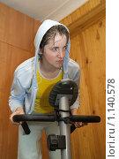 Купить «Вспотевшая девушка на тренажере», фото № 1140578, снято 23 мая 2009 г. (c) Яков Филимонов / Фотобанк Лори