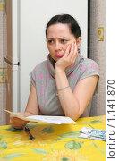 Женщина с квитанциями на оплату квартиры. Стоковое фото, фотограф Мария Зубарева / Фотобанк Лори