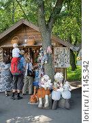 Купить «Продажа сувениров и игрушек для подарка», фото № 1145342, снято 19 июля 2009 г. (c) Parmenov Pavel / Фотобанк Лори