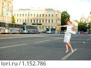 Красивая  девушка тормозит машину. Стоковое фото, фотограф Полина Бублик / Фотобанк Лори