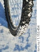 Велосипедное колесо на снегу. Стоковое фото, фотограф Валерий Александрович / Фотобанк Лори