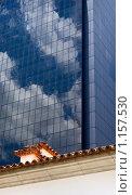 Купить «Старое здание на фоне нового», фото № 1157530, снято 6 сентября 2009 г. (c) Алексей Лебедев / Фотобанк Лори