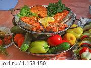 Купить «Блюдо из жареной рыбы со свежими овощами», эксклюзивное фото № 1158150, снято 19 августа 2009 г. (c) Алёшина Оксана / Фотобанк Лори