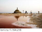 """Курган, антенна, шалаш, повозка и """"верблюд"""" на берегу красного соленого озера в пустыне (2009 год). Стоковое фото, фотограф Тамара Нагиева / Фотобанк Лори"""