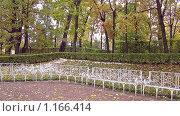 Купить «Кованые белые  скамейки в Екатерининском парке», эксклюзивное фото № 1166414, снято 14 октября 2009 г. (c) Валентина Качалова / Фотобанк Лори