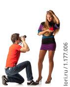 Купить «Красивая девушка с сердечком позирует перед молодым фотографом на белом фоне», фото № 1177006, снято 10 сентября 2009 г. (c) Мельников Дмитрий / Фотобанк Лори