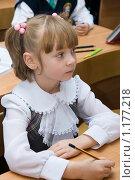 Купить «Первоклассница с карандашом в руке», фото № 1177218, снято 2 октября 2009 г. (c) Оксана Гильман / Фотобанк Лори