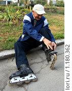 Купить «Пожилой мужчина надевает роликовые коньки», фото № 1180362, снято 15 сентября 2009 г. (c) Николай Комаровский / Фотобанк Лори