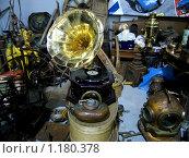 Граммофон и антикварная утварь. Стоковое фото, фотограф Павел Красихин / Фотобанк Лори