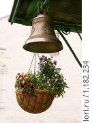 Церковный медный колокол и цветы в кашпо. Стоковое фото, фотограф Павел Красихин / Фотобанк Лори