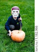 Купить «Хэллоуин: мальчик в маске черепа и тыква», фото № 1182966, снято 19 сентября 2009 г. (c) Кузнецова Юлия (aka Syaochka) / Фотобанк Лори