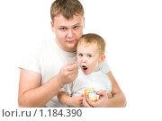 Купить «Папа кормит сына фруктовым пюре», фото № 1184390, снято 24 октября 2009 г. (c) Валерия Потапова / Фотобанк Лори
