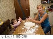 Купить «Мама и дочка готовят на кухне», эксклюзивное фото № 1185098, снято 26 сентября 2009 г. (c) Куликова Вероника / Фотобанк Лори