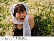 Девушка в поле среди одуванчиков. Стоковое фото, фотограф Елена Демченко / Фотобанк Лори