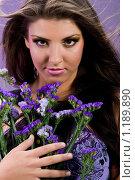 Купить «Портрет брюнетки с цветком в сиреневых тонах», фото № 1189890, снято 30 октября 2009 г. (c) Вероника Галкина / Фотобанк Лори