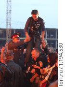 Милиционер задерживает зрителя на концерте (2009 год). Редакционное фото, фотограф Андрей Варенков / Фотобанк Лори