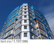 Фрагмент нового дома на фоне чистого голубого неба. Стоковое фото, фотограф Ваганова Марина / Фотобанк Лори