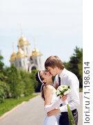 Купить «Жених с невестой целуются», фото № 1198614, снято 13 июня 2009 г. (c) Владимир Сурков / Фотобанк Лори