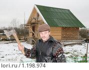 Купить «Мужчина с топором на фоне сруба», эксклюзивное фото № 1198974, снято 17 июля 2018 г. (c) Александр Щепин / Фотобанк Лори