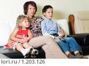 Купить «Семья смотрит телевизор», фото № 1203126, снято 6 сентября 2009 г. (c) Константин Ёлшин / Фотобанк Лори