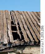 Дырявая крыша старого дома. Стоковое фото, фотограф Ваганова Марина / Фотобанк Лори