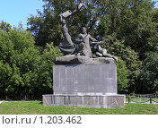 Купить «Памятник «Героям-дружинникам, участникам баррикадных боев на Красной Пресне» в Москве», эксклюзивное фото № 1203462, снято 24 июля 2008 г. (c) lana1501 / Фотобанк Лори