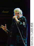 """Купить «На сцене лидер рок-группы """"Назарет"""" Ден Маккафферти», фото № 1209458, снято 1 ноября 2009 г. (c) Чернышева Лариса / Фотобанк Лори"""