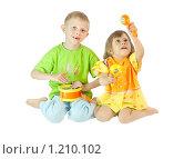 Купить «Дети с барабаном и погремушками», фото № 1210102, снято 5 февраля 2020 г. (c) Типляшина Евгения / Фотобанк Лори