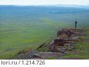 Купить «Мужчина на краю скалы, любуется пейзажем», фото № 1214726, снято 31 июля 2009 г. (c) Типляшина Евгения / Фотобанк Лори