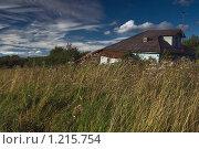 Деревенский дом в поле (2008 год). Стоковое фото, фотограф Олег Абрамов / Фотобанк Лори
