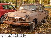 """Купить «Старый автомобиль ГАЗ-21 """"ВОЛГА""""», эксклюзивное фото № 1221610, снято 14 октября 2009 г. (c) Алёшина Оксана / Фотобанк Лори"""