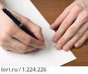 Купить «Руки пишущие на белом листе», фото № 1224226, снято 15 января 2009 г. (c) Александр Кузовлев / Фотобанк Лори
