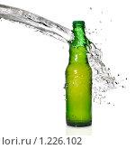 Купить «Пивная бутылка и струя воды», фото № 1226102, снято 1 ноября 2009 г. (c) Ярослав Данильченко / Фотобанк Лори