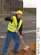 Купить «Рабочий с лопатой», фото № 1227106, снято 4 октября 2009 г. (c) Михаил Лавренов / Фотобанк Лори