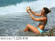 Купить «Красивая женщина моет морскую ракушку в море», фото № 1229418, снято 13 июля 2009 г. (c) Losevsky Pavel / Фотобанк Лори