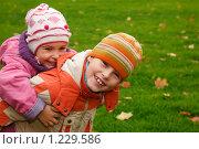 Купить «Дети гуляют в парке», фото № 1229586, снято 26 сентября 2009 г. (c) Losevsky Pavel / Фотобанк Лори
