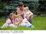 Семья с тремя детьми на природе. Стоковое фото, фотограф Losevsky Pavel / Фотобанк Лори