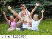 Купить «Счастливая семья с тремя детьми с поднятыми руками», фото № 1230054, снято 22 июня 2009 г. (c) Losevsky Pavel / Фотобанк Лори