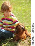 Купить «Маленькая девочка и такса», фото № 1230162, снято 8 августа 2009 г. (c) Losevsky Pavel / Фотобанк Лори