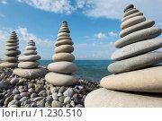 Купить «Башни из камней на пляже на фоне синего неба», фото № 1230510, снято 3 июля 2009 г. (c) Losevsky Pavel / Фотобанк Лори