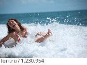 Купить «Симпатичная брюнетка лежит в морской пене», фото № 1230954, снято 6 июля 2009 г. (c) Losevsky Pavel / Фотобанк Лори