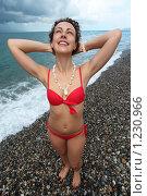 Красивая девушка стоит на галечном пляже. Стоковое фото, фотограф Losevsky Pavel / Фотобанк Лори