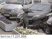 Купить «Припаркованные машины и скутер», эксклюзивное фото № 1231866, снято 18 сентября 2009 г. (c) Алёшина Оксана / Фотобанк Лори