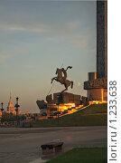 """Купить «Монумент """"Георгий Победоносец"""" у основания стелы на Поклонной горе», фото № 1233638, снято 14 июля 2008 г. (c) Сергей Иващенко / Фотобанк Лори"""