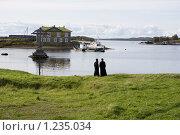 Купить «Соловецкие острова. Монахи на берегу Бухты Благополучия.», фото № 1235034, снято 11 сентября 2009 г. (c) Михаил Ворожцов / Фотобанк Лори