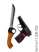 Купить «Нож и пистолет, изолированно на белом фоне», фото № 1236722, снято 26 февраля 2009 г. (c) Сергей Сухоруков / Фотобанк Лори
